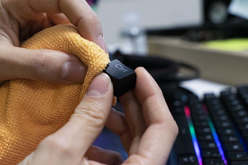 Cómo limpiar tu teclado mecánico o membrana correctamente