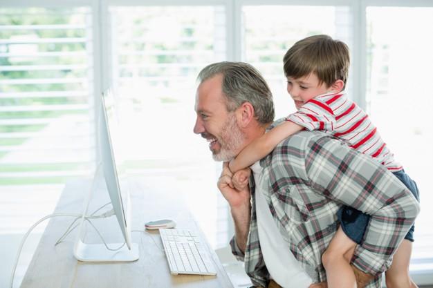 padre e hijo con PC